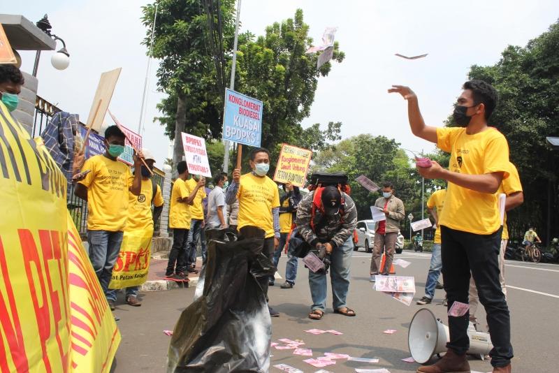 Tebarkan Uang Sebagai Bentuk Protes, Petani Kelapa Sawit Minta Susbsidi Biodiesel Dicabut